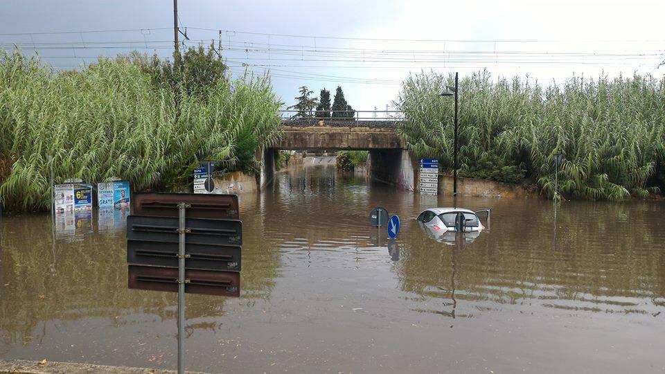 FARA SABINA – A Passo Corese auto immersa nel sottopassaggio (FOTO)