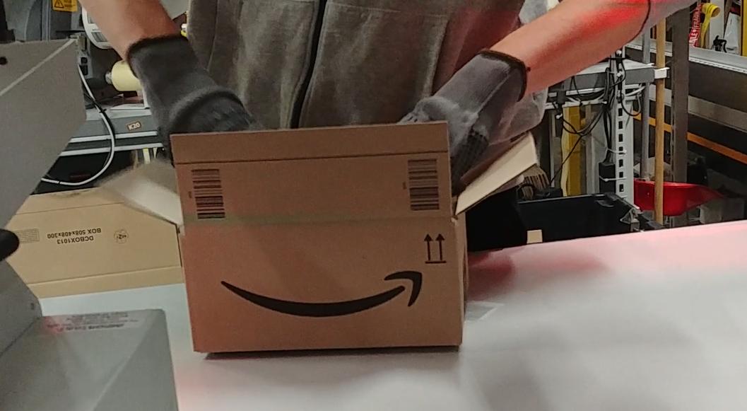 AMAZON PASSO CORESE – Ecco come un magazziniere gestisce un ordine (Video Qui News)
