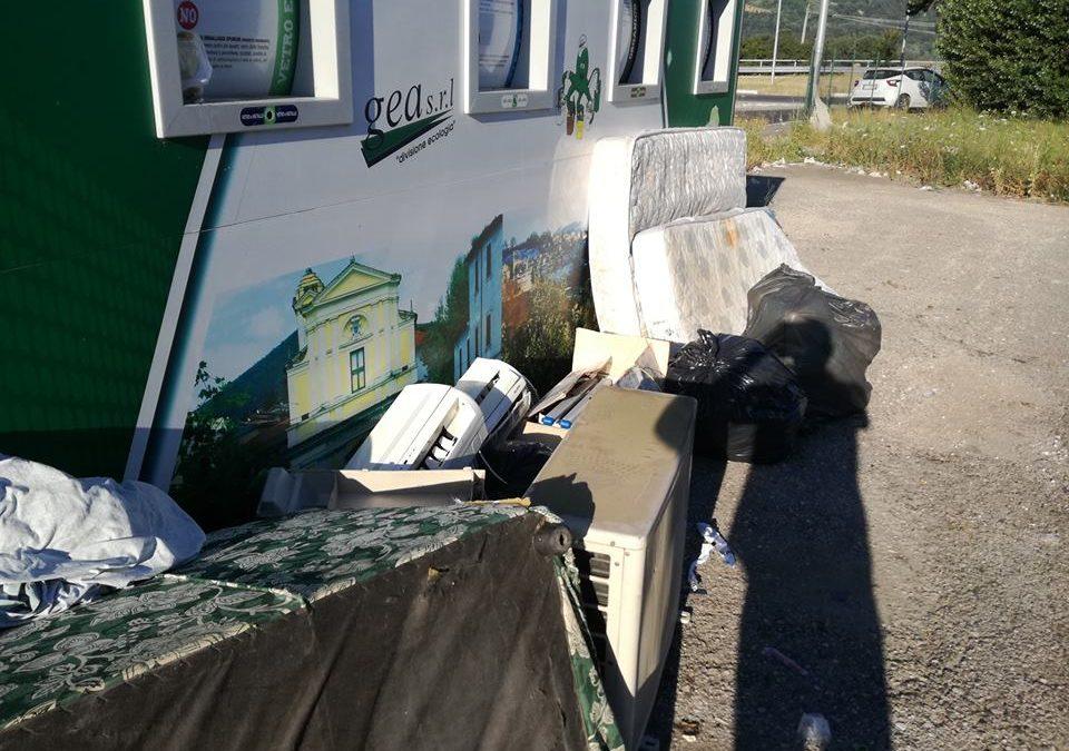 POGGIO MIRTETO – Rifiuti: materassi e condizionatori per strada